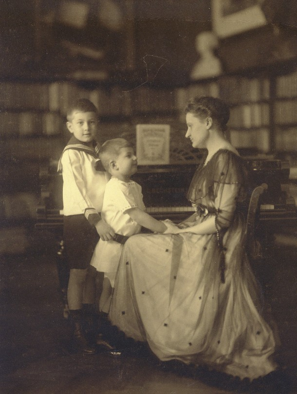Stefan Schnabel, middle, with his mother, Therese, and brother, Karl Ulrich in the apartment in Berlin, 1916.